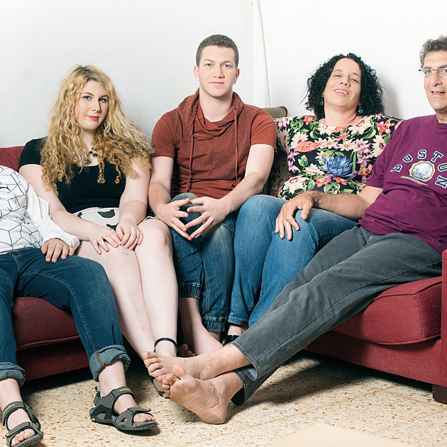 המשפחה: מימין, האבא שי, האם מרב, לאון והאחים ענבל ונועם. בצילום הקטן, לאון כילדה קטנה
