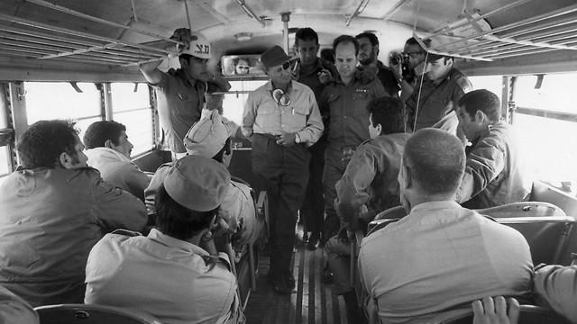 1967 - שר הבטחון, משה דיין, משוחח עם טייסים מצריים שבויים לפני חזרתם למצרים לאחר הניצחון במלחמת ששת הימים (ארכיון אגד) (ארכיון אגד)