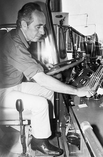 1972 - שר התחבורה, שמעון פרס מאחורי ההגה בעת ביקור באגד ירושלים (ארכיון אגד) (ארכיון אגד)