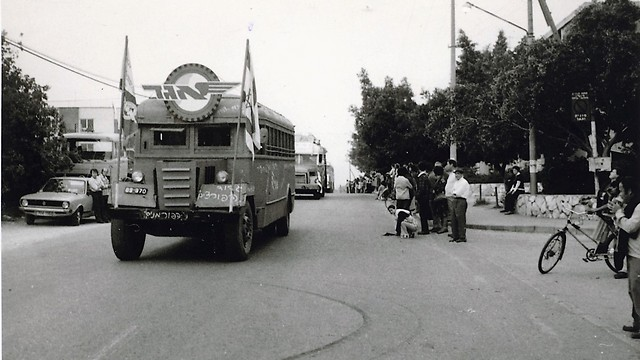 1977 - ה''שומרוניה'', אירוע יום העצמאות בפרדס חנה-כרכור, אוטובוסים של אגד בתהלוכה (ארכיון אגד) (ארכיון אגד)