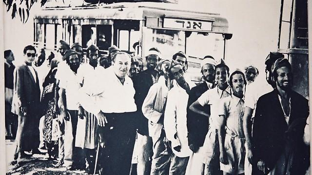 1949 - עולים מתימן במבצע כנפי נשרים, יורדים מהאוטובוס במעברה (ארכיון אגד) (ארכיון אגד)