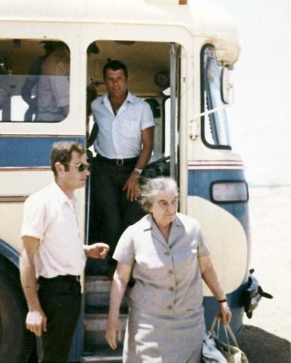 1972 - סיור גולדה מאיר בחניון אגד באבו רודס בדרום סיני (ארכיון אגד) (ארכיון אגד)