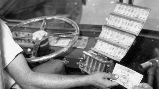 1958 - נוסעים באוטובוס, כרטיסיות ישנות ותשלום בשטר של 5 לירות (ארכיון אגד) (ארכיון אגד)