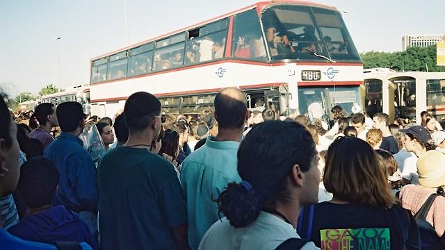 1995, נובמבר - מסוף ארלוזרוב בתל אביב, אזרחי ישראל בהמוניהם בדרך לירושלים לעבור על-פני ארון הקבורה של ראש הממשלה שנרצח, יצחק רבין (ארכיון אגד) (ארכיון אגד)