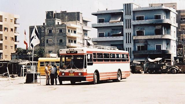 1982 - מלחמת שלום הגליל בביירות, דגלי ישראל ולבנון ליד אוטובוס אגד (ארכיון אגד) (ארכיון אגד)