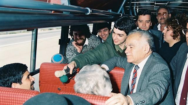 1989 - יצחק שמיר בנסיעה אזרחית רגילה מירושלים לתל אביב, משוחח עם אזרחים (ארכיון אגד) (ארכיון אגד)