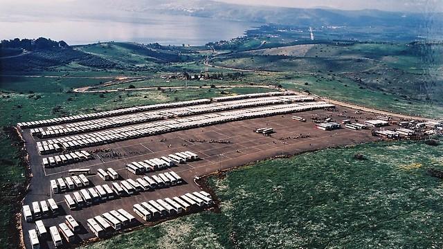 """2000 - חניון עשרות האוטובוסים של אגד, לקראת הגעת האפיפיור לארץ במבצע """"ידיד וותיק"""" (ארכיון אגד) (ארכיון אגד)"""