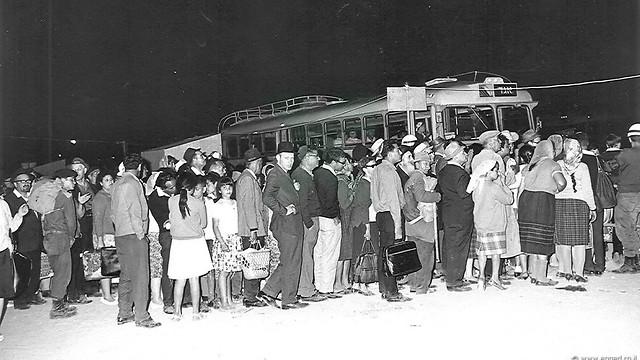 1966 - הר מירון, ל'ג בעומר. התור לאוטובוסים בסיום החגיגות (ארכיון אגד) (ארכיון אגד)