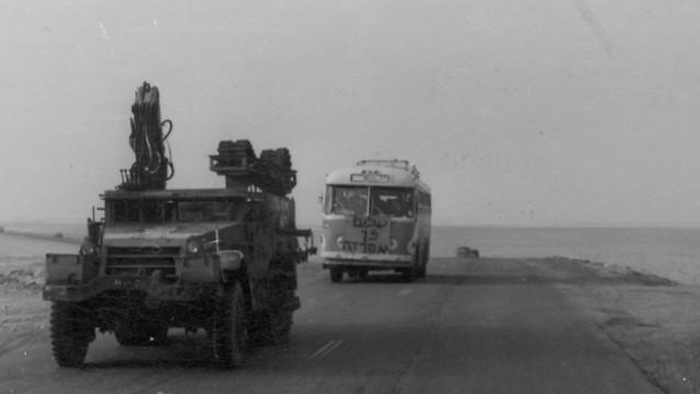 1974 - האוטובוס האחרון שעזב את יבשת אפריקה (סיני) אחרי הפרדת הכוחות בחזית המצרית (ארכיון אגד) (ארכיון אגד)