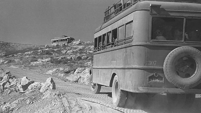 1948 - אוטובוסים של אגד בדרך לירושלים הנצורה במעלה דרך בורמה (ארכיון אגד) (ארכיון אגד)