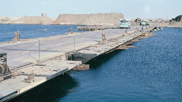 1973 - אגד חוצה את התעלה על גשר הדוברות במלחמת יום הכיפורים (ארכיון אגד) (ארכיון אגד)