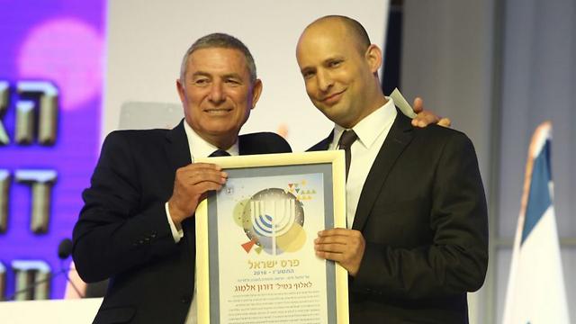 אלמוג מקבל את פרס ישראל מהשר בנט (צילום: אוהד צויגנברג) (צילום: אוהד צויגנברג)