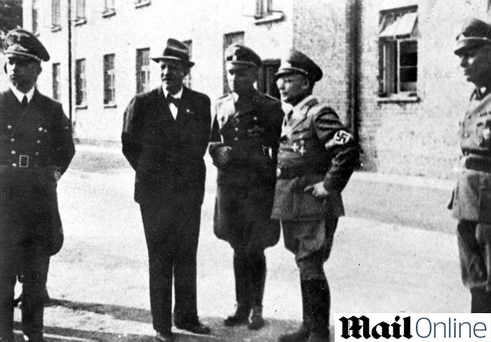 ברכט, לצד רודולף הס, מפקד אושוויץ ()