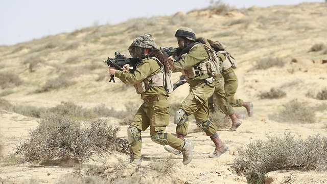 Karakal soldiers train in the desert (Photo: Gadi Gabalo)