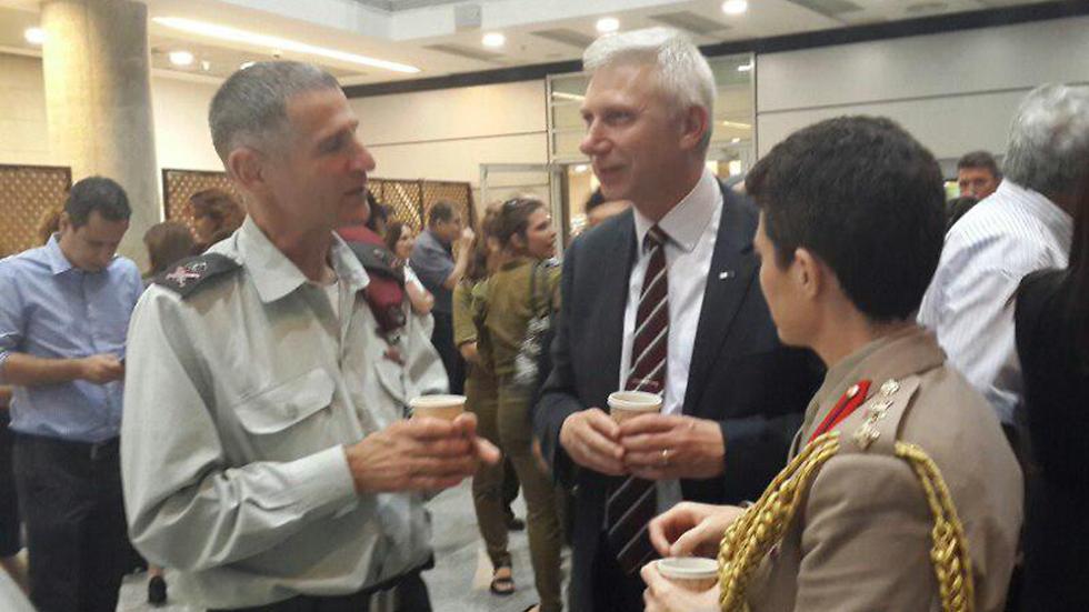 האלוף יאיר גולן (משמאל) באירוע בקריה  (צילום: יואב זיתון) (צילום: יואב זיתון)