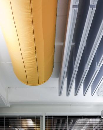 תעלות בד צבעוניות למיזוג האוויר ואלמנטים אקוסטיים תלויים משדרים יצירתיות (צילום: קטיה לין) (צילום: קטיה לין)