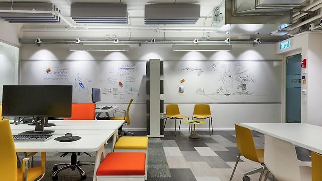 מקום לעבודת צוות עם הרבה אור וצבע (צילום: קטיה לין) (צילום: קטיה לין)