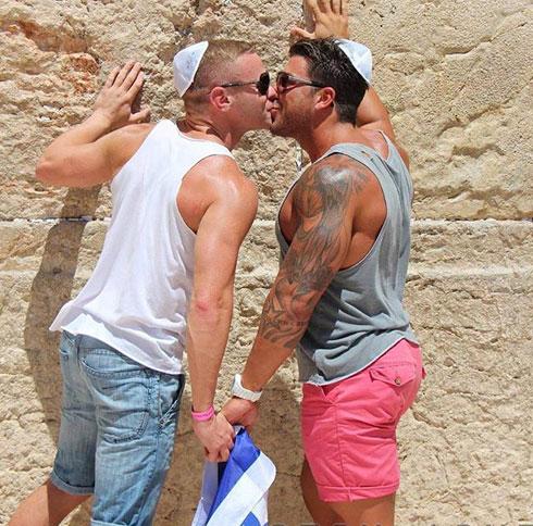 יש גם המון תמונות שמתעדות נשיקה בין אדם לאבן (עריכה ואוצרות: רומי מיקולינסקי ורוני לוית )