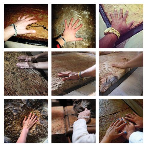 כפות ידיים על אבן המשיחה בכנסיית הקבר (עריכה ואוצרות: רומי מיקולינסקי ורוני לוית )