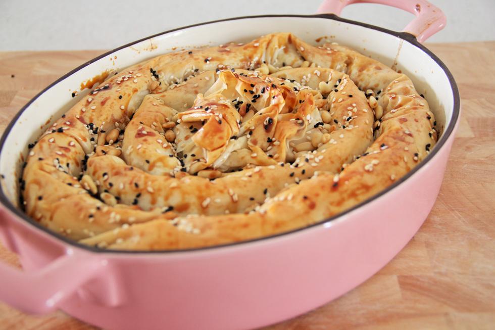 בצק פילו ממולא גבינות, פלפלים קלויים וטונה (צילום: חיה אילונה דר)