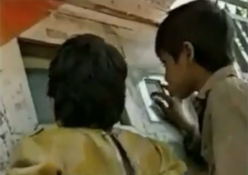 ילדים מניו דלהי בודקים את המחשב הראשון בחור שבקיר (צילום: מתוך Ted.com)