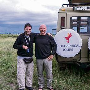 """פלד במסע ועם חיים שוסטר, משנה למנכ""""ל החברה הגיאוגרפית, באחד מטיוליהם באפריקה בעבר. החברה חוגגת 40 שנה של מסעות"""
