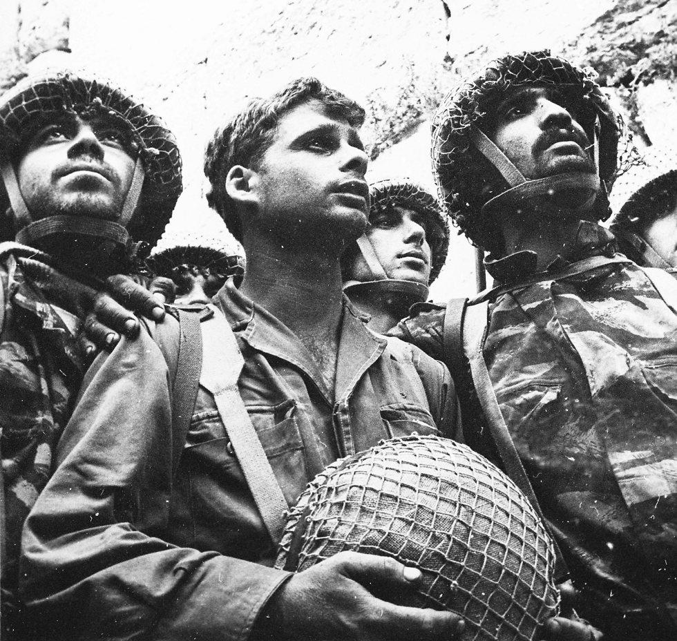 """""""הר הבית בידינו!"""" הכריז בקול נרגש מוטה גור, מפקד חטיבת הצנחנים (צילום: דוד רובינגר)"""