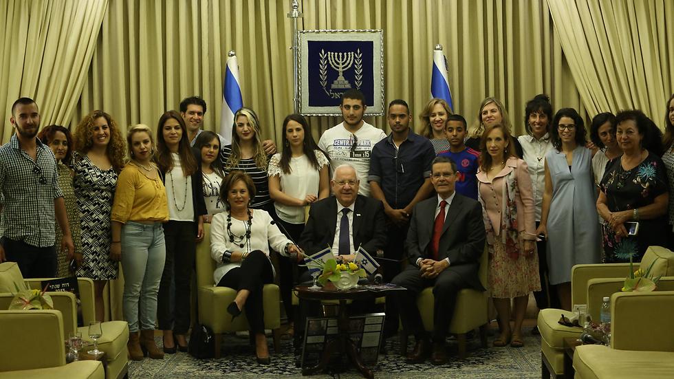 הנשיא ריבלין עם אנשי עמותת עלם ובני נוער, היום (צילום: גיל יוחנן) (צילום: גיל יוחנן)