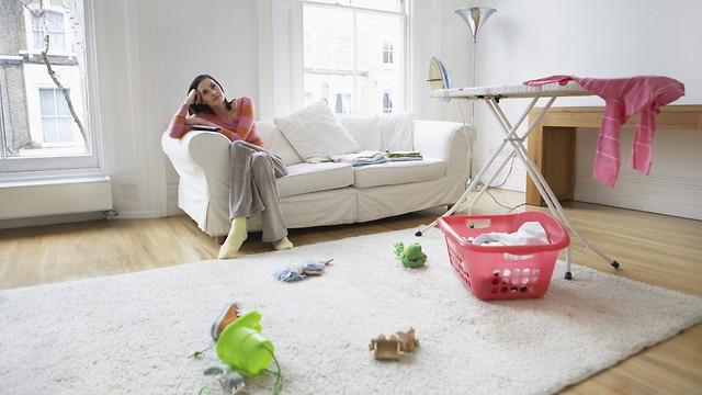 מסתכלים על הילדים תוך כדי קיפול כביסה (צילום: shutterstock) (צילום: shutterstock)