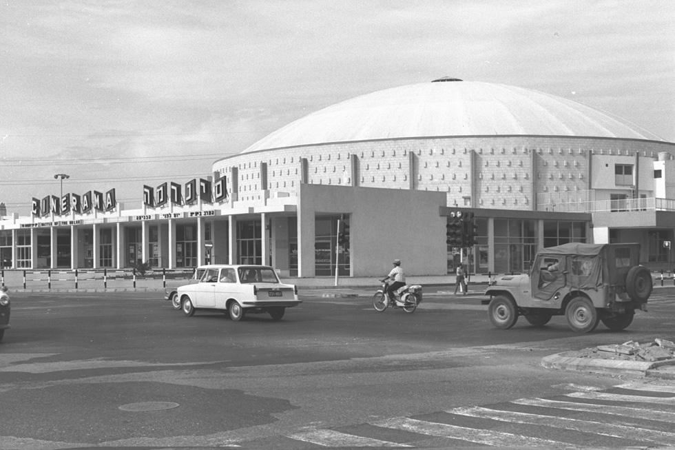 """הצורה העגולה, המיקום המרכזי, הבלוקים החשופים עם המקצב הקבוע, בסיסי הדגלים על הגג והכניסה הראשית המרשימה - מרכיבים אדריכלות שאי-אפשר להתעלם ממנה כבר 50 שנה (צילום: משה מילנר, לע""""מ)"""