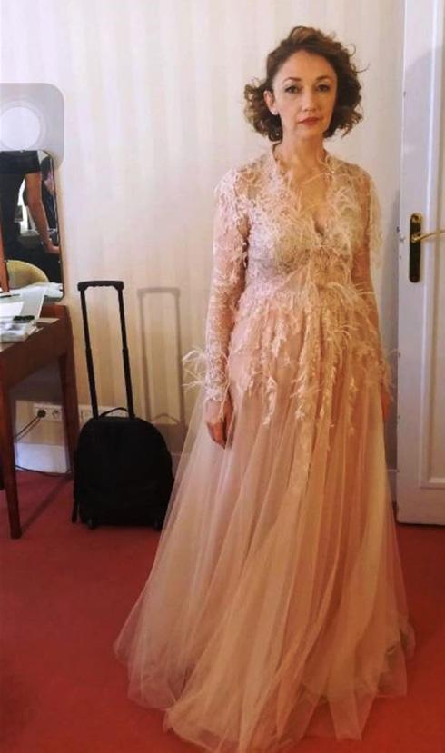 מוכנה לחתונה מאוחרת. יבגניה דודינה בשמלה של יובל רביד (צילום: בלק שיפ הפקות סרטים)