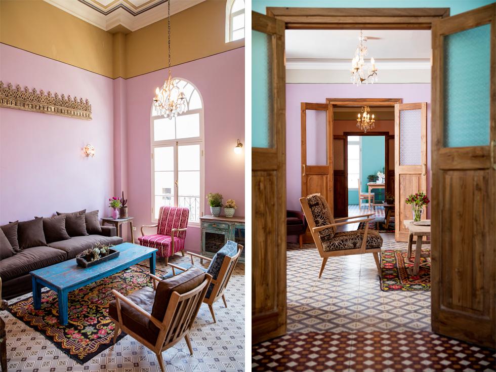 מסביב לאולם המרכזי יש חמישה חדרי הסבה עם פינות ישיבה, המאפשרים סוגים שונים של התכנסות. כאן בחרה קריסטל בצבעוניות נועזת יותר. כל חדר רוצף באריחים מצוירים בדוגמה שונה, ונצבע בצבעים שונים (צילום: יוסי סאליס)