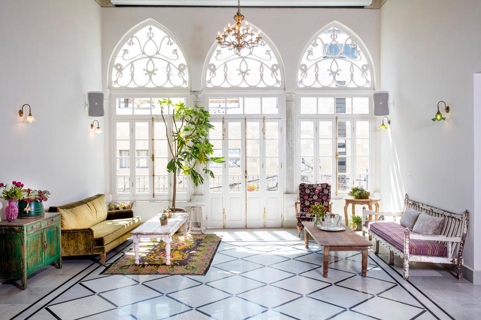 כל הרהיטים, כולל ארונות המטבח, הובאו מהודו בידי גלית קריסטל, בעלי החנות ''חדרים'', שרכשה את המבנה ועיצבה את הפנים (צילום: יוסי סאליס)