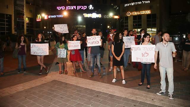 """מפגינים נגד אלימות משטרתית מול """"סופר יודה"""" בתל אביב (צילום: יריב כץ)"""