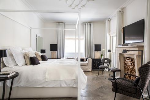 הסלון הפך לחדר גדול במיוחד, עם מיטת אפיריון (צילום: באדיבות וייט וילה)