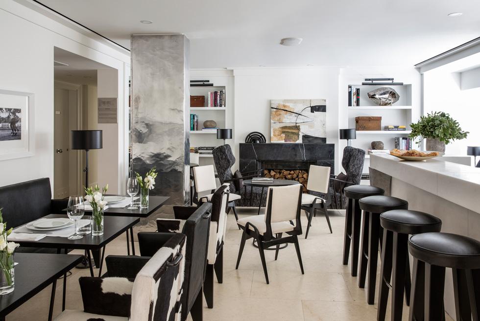 בקומת הכניסה לובי קומפקטי ואלגנטי, שבו בר קטן, רהיטים שעיצב דורטה וקמין חדש מאבן שחורה, שמשמש לתפאורה בלבד (צילום: באדיבות וייט וילה)