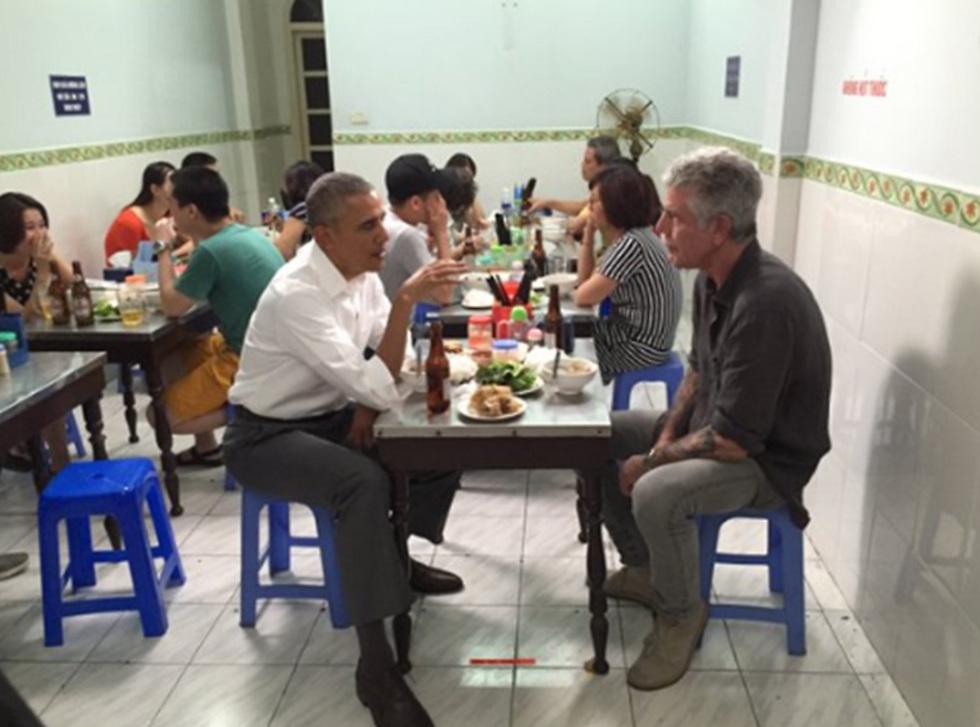 """השף אנתוני בורדיין ונשיא ארה""""ב לשעבר, ברק אובמה ()"""