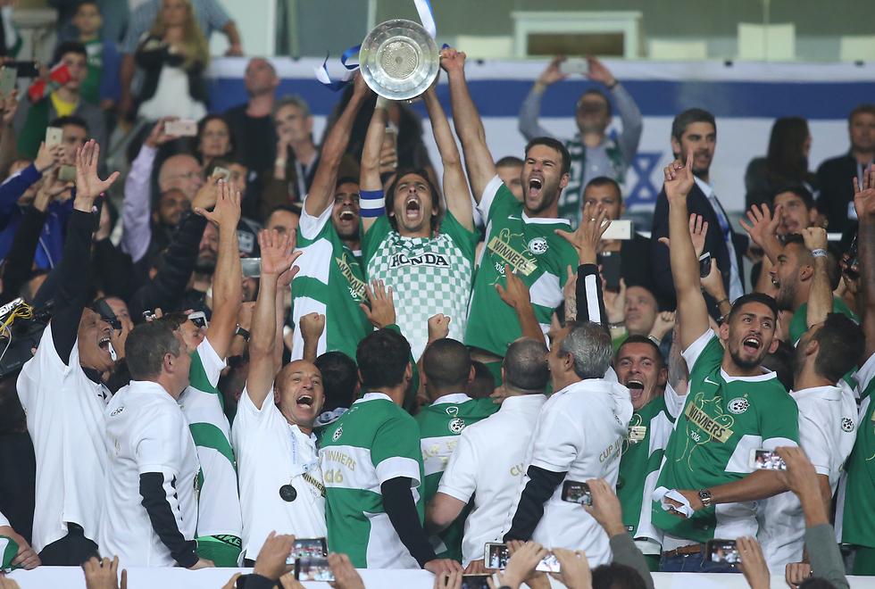 חגיגה בירוק.בניון מניף את גביע המדינה (צילום: אורן אהרוני ) (צילום: אורן אהרוני )