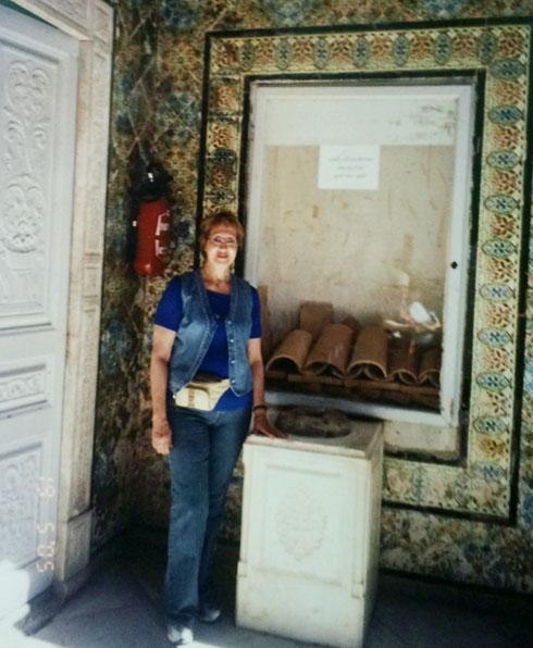 """אולגה קרפ בבית ילדותה בטוניס, שהפך למוזיאון על שם מסיכה. """"זה מעצבן אותי""""  (צילום: מתוך האלבום הפרטי)"""