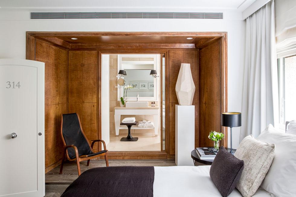הקומה הראשונה של הווילה שימשה למגורי בעלי הבית. חדרי המלון עוצבו סביב עבודות הנגרות המקוריות, ששומרו וחודשו (צילום: באדיבות וייט וילה)
