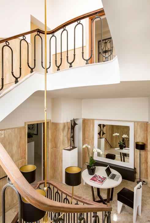 הנברשת תלויה לכל גובה חדר המדרגות (צילום: באדיבות וייט וילה)