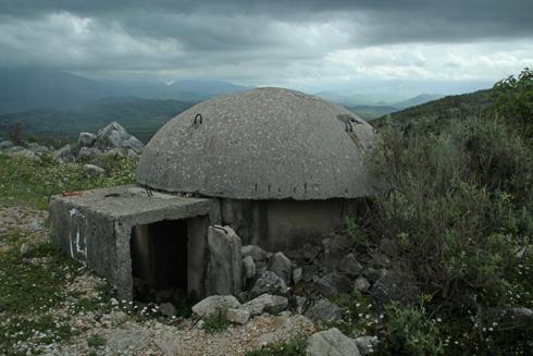 פטריות פרנויה. לכל אזרח באלבניה יש בונקר קטן בחצר. לחצו על התצלום (צילום: רון רוזנבלום)