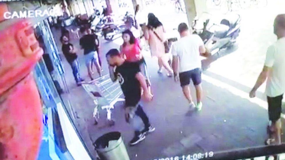 מצלמות אבטחה שתיעדו הכאת עובד ערבי במרכול בתל אביב (צילום מתוך מצלמות האבטחה)