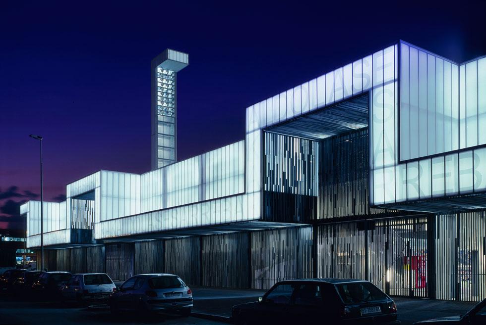 אצטדיון Lasesarre (2003) מאיר את העיר ויזקאיה הספרדית כמו פנס בלילה. הוא עשוי קיפולים וחיתוכים, מחופה בשרוולים של פלדת אלחלד, והתוצאה הקלילה מחמיאה למבנה הענק. 20 היציעים מוארים ב-150 זרקורים רבי-עוצמה, המאירים את הדשא מתוך ארבעה מגדלוני תאורה פינתיים (צילום: Roland Halbe)