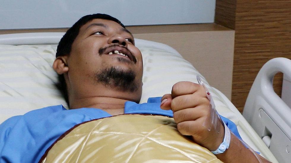 מצב רוח טוב. בונמאקצ'ואיי ממיטתו בבית החולים (צילו: AP)