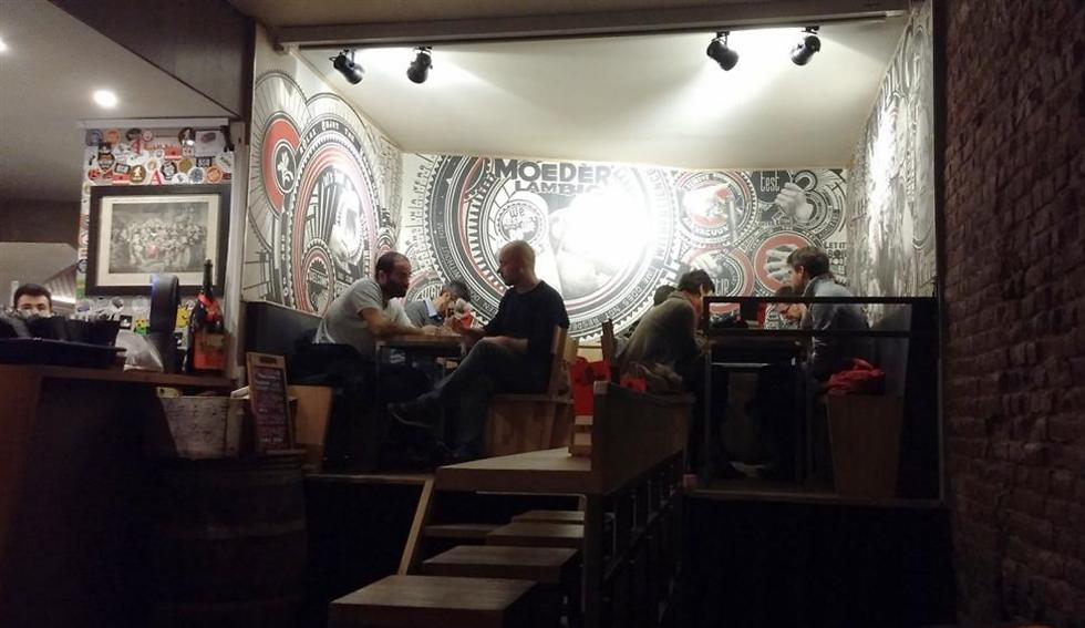 דבר ראשון כשמגיעים לעיר: שותים בירה מקומית בבר שכונתי (צילום: זהבית שאשא) (צילום: זהבית שאשא)