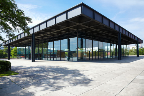 ברור שזה שעון ולא ענן. הגלריה החדשה בתכנון מיס ואן דר רוהה, ברלין (צילום: andersphoto/shutterstock)