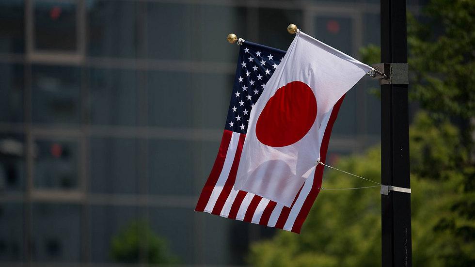 """דגלי יפן וארה""""ב באתר ההנצחה בהירושימה (צילום: AFP)"""