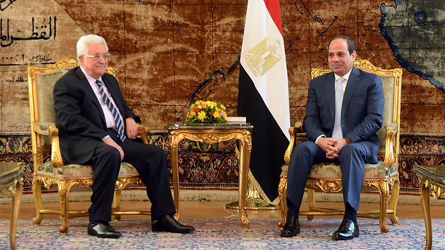 Egyptian president Abdel Fattah al-Sisi, right, meets with Palestinian President Abbas (Photo: Reuters)