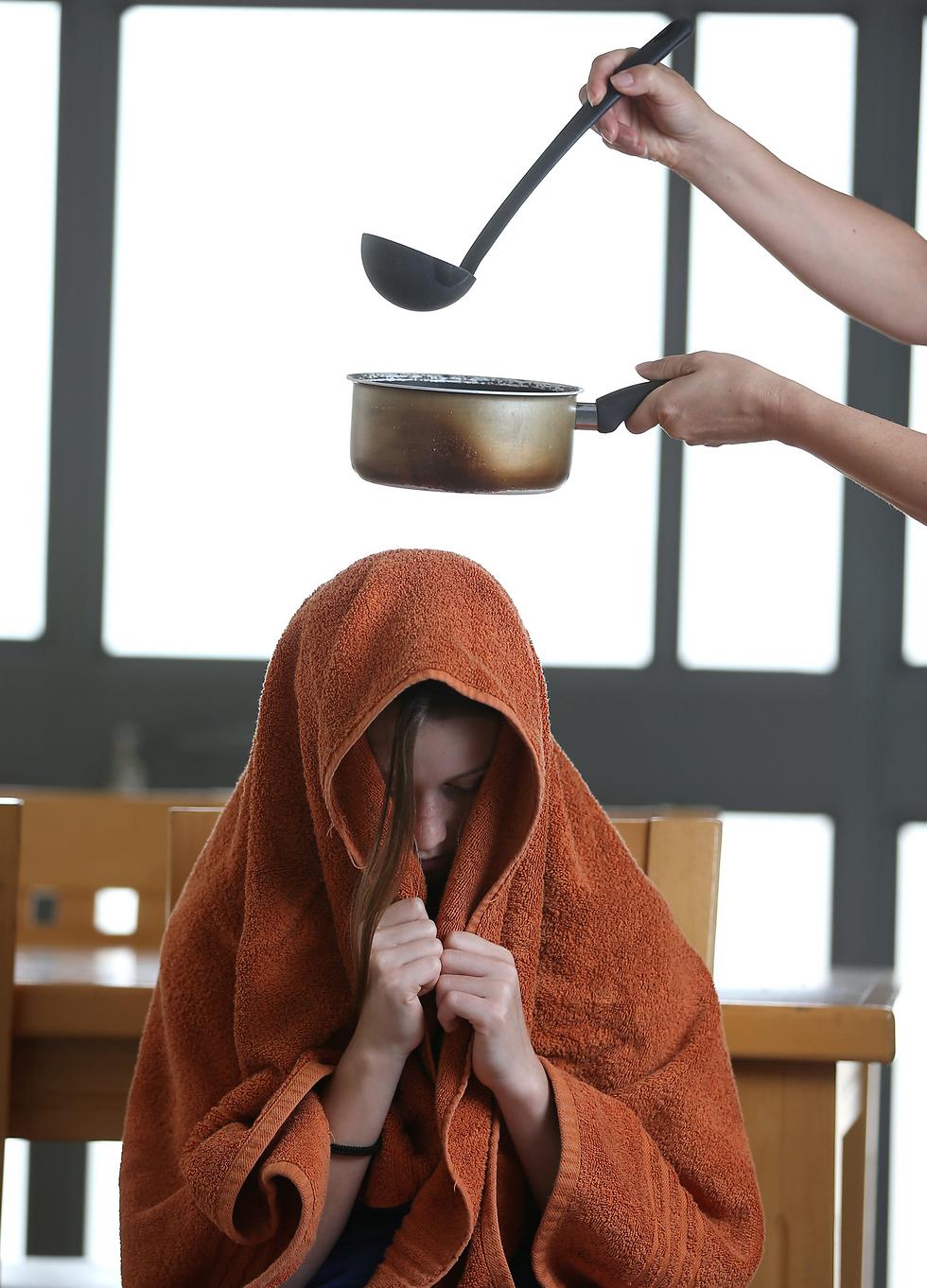 """""""תניחי עלייך את המגבת, לא יודעים כמה פעמים נחזור על הפעולה"""" (צילום: אלעד גרשגורן)"""